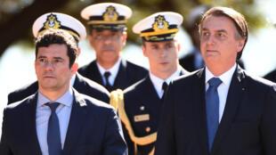El presidente brasileño Jair Bolsonaro (d) y el el entonces ministro de Justicia Sergio Moro el 11 de junio de 2019 en Brasilia