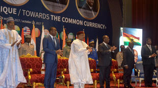 De gauche à droite: les présidents Buhari (Nigeria), Gnassingbé (Togo), Issoufou (Niger), Ouattara (Côte d'Ivoire), Akufo Ado (Ghana), et le président de la Commission de la Cédéao Marcel De Souza, à Niamey, le 24 octobre 2017.