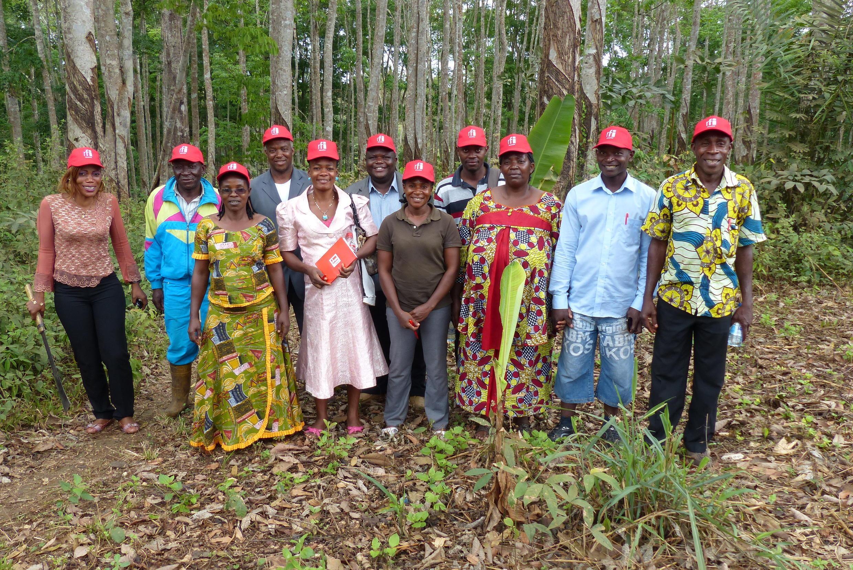 Le groupe des formateurs du programme AFOP et quelques élèves de l'école d'agriculture d'Avebe à Sangmelima (sud Cameroun).