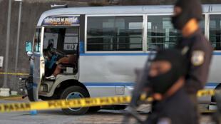 Au Salvador, un chauffeur de bus probablement tué par les membres du gang Maras :  il n'aurait pas respecté la grève dans les transports publics imposé par ce gang qui souhaite des meilleures conditions de détentions en prison pour ses membres.
