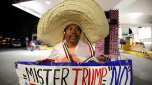 A Ciudad Juarez, à la frontière mexico-américaine, un Mexicain tient une pancarte anti-Trump, le soir de l'élection américaine.