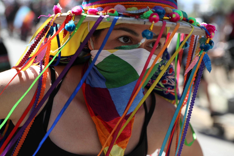 Marche de la résistance mapuche, Santiago du Chili, le 12 octobre 2020: des chants et danses pour accompagner les revendications traditionnelles sur leur territoire ancestral et cette année pour le «oui» à une nouvelle Constitution.