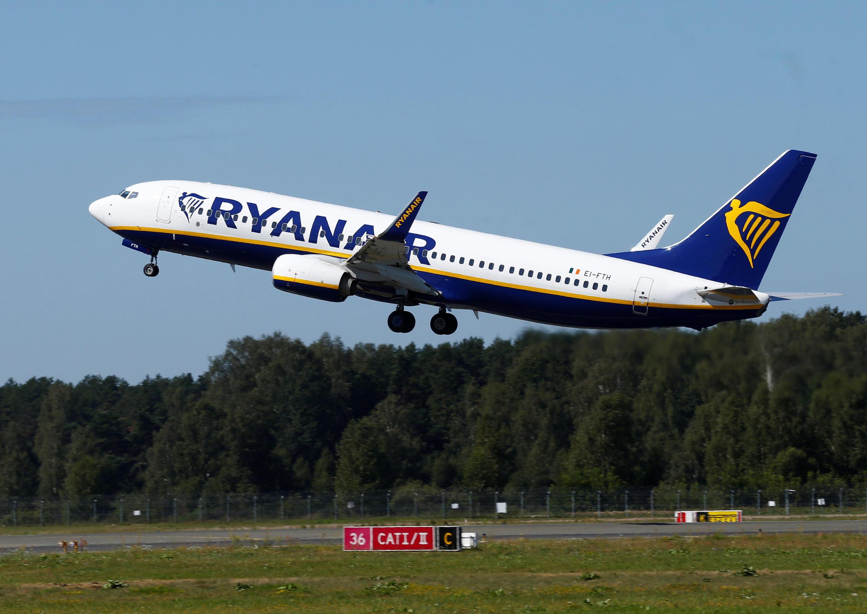 Un avion de Ryanair décolle de l'aéroport de Riga en Lettonie.