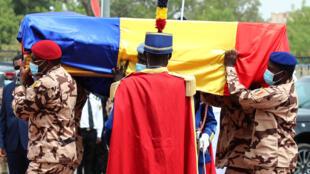 IMAGE Le cercueil du président tchadien Idriss Déby lors de ses funérailles nationales à Ndjamena, le 23 avril 2021.