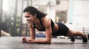 Il est bon de tonifier son corps grâce à des exercices de gainage avant de débuter une activité sportive.