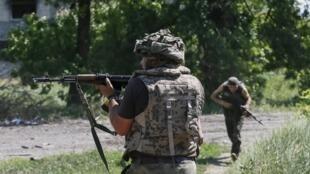 Des soldats ukrainiens patrouillent dans la localité de Mariinka, le 5 juin 2015.