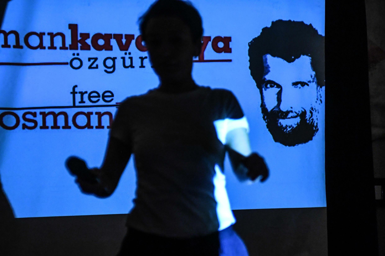 Una pantalla muestra una imagen del encarcelado empresario y filántropo Osman Kavala durante una rueda de prensa de sus abogados el 31 de octubre de 2018 en Estambul