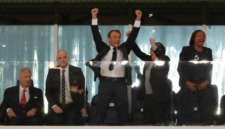 Tổng thống Pháp Emmanuel Macron không kìm được sự vui mừng trước bàn thắng của đội Pháp trong trận bán kết với Bỉ ngày 10/07/2018.
