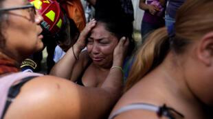 Familiares de los jóvenes internados esperan noticias en San José Pinula, Guatemala, este 8 de marzo de 2017.
