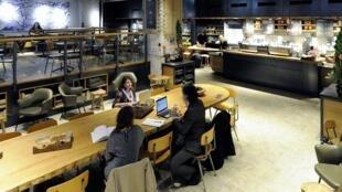 Un café de l'enseigne Starbucks dans le centre d'Amsterdam sur la Rembrandtplein, en mars 2012.