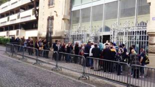 ایرانیان در مقابل کنسولگری سفارت جمهوری اسلامی ایران در پاریس، در انتظار رأی دادن در انتخابات ریاست جمهوری کشورشان.  ۲۹ اردیبهشت/ ١٩ مه ٢٠۱٧