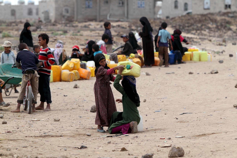Moradores nas ruas de Sanaa, em 13 de maio de 2015.