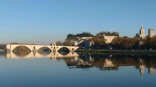 Le pont d'Avignon sur le Rhône (photo prise depuis l'île de la Barthelasse).