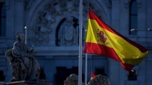 La bandera de España ondea a media asta en Madrid el 27 de mayo de 2020, en el primero de los diez días de duelo oficial decretados por las víctimas del coronavirus