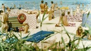 Vue d'une plage naturiste.