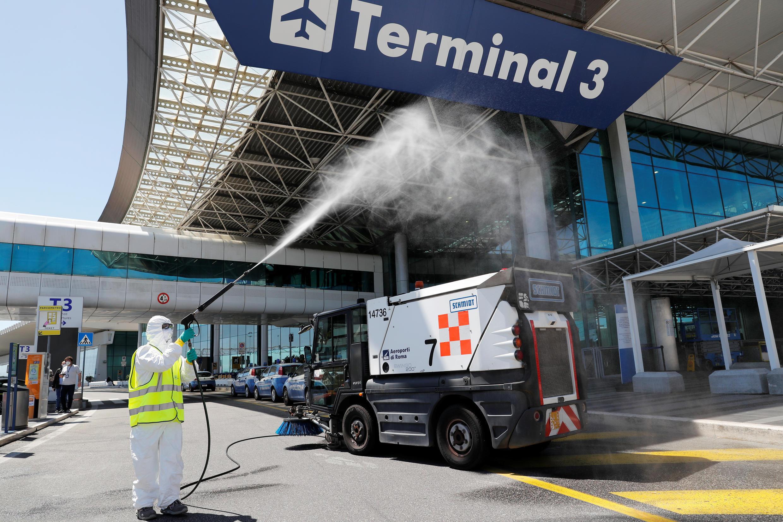 Aeroporto Roma 2020-05-06T142527Z_250814136_RC22JG9DV6MP_RTRMADP_3_HEALTH-CORONAVIRUS-ITALY