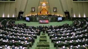"""حسن روحانی، رئیس جمهوری اسلامی، به هنگام دفاع از وزاری جدید """"علوم"""" و """"نیرو"""" در مجلس شورای اسلامی ایران."""