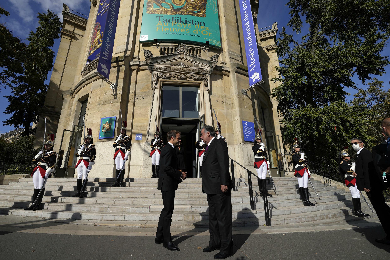 Президенты Франции и Таджикистана на ступенях Национального музея восточных искусств в Париже, где открылась выставка, посвященная Таджикистану
