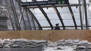 Un policía de Nueva York custodia la entrada cerrada de una parada del metro de Manhattan, el 29 de octubre de 2012.