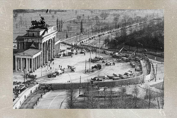 Vue aérienne du Brandenburg Gate et du mur de Berlin en juillet 1973.
