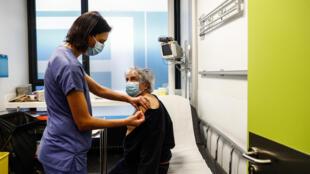Una enfermera administra una dosis de la vacuna de Pfizer-BioNTech a una paciente en el hospital Hotel-Dieu de París, en Francia, el 2 de enero de 2021