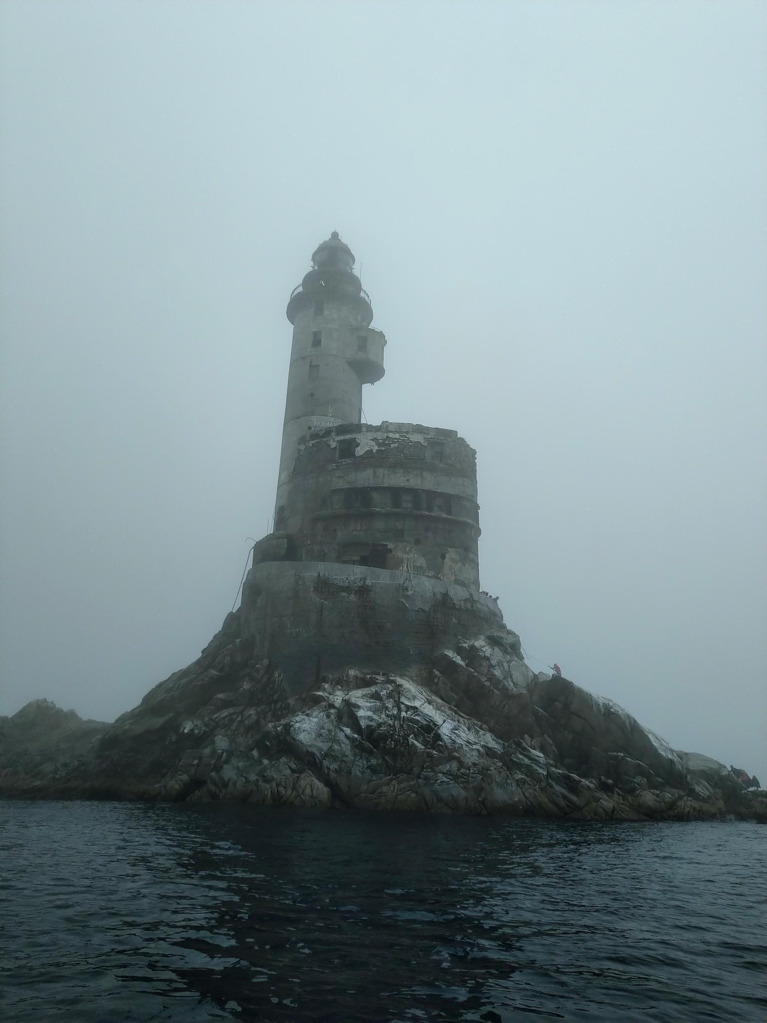 Маяк на мысе Анива острова Сахалин, на скале Сивучья. Высота башни составляет 31 метр