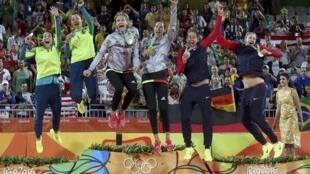 Los tres equipos femeninos de vóley playa celebraron de esta manera sus medallas en la arena de Copacabana, el 18 de agosto de 2016.