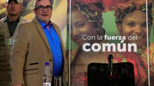 Le leader du désormais parti FARC et candidat à la présidentielle colombienne Rodrigo Londono, connu sous son pseudonyme Timochenko, arrive à une conférence de presse à Bogota, le 28 février 2018, pour annoncer le maintien de sa candidature.