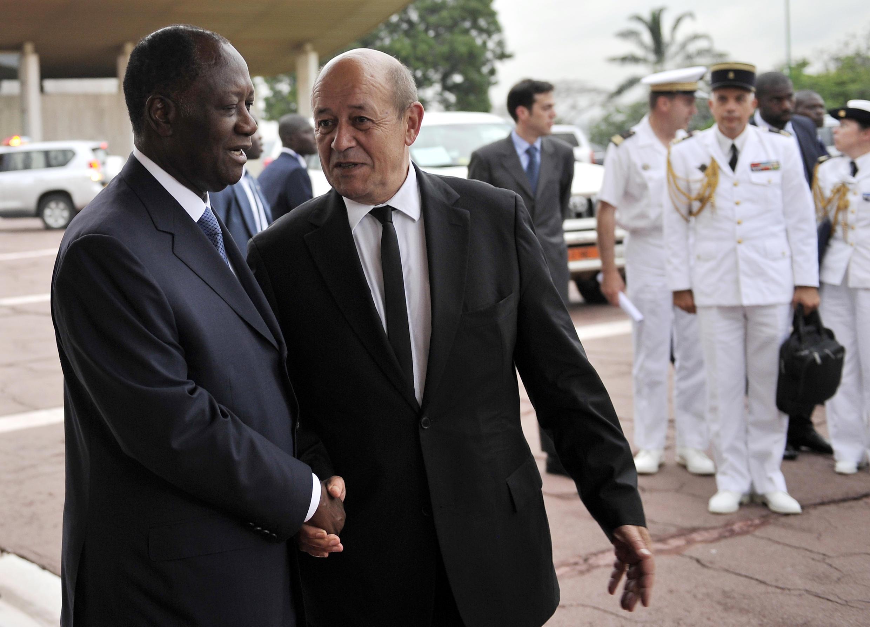 Le président ivoirien Alassane Ouattara (à g.) et le ministre français de la Défense, Jean-Yves Le Drian, le 9 mai à Abidjan.