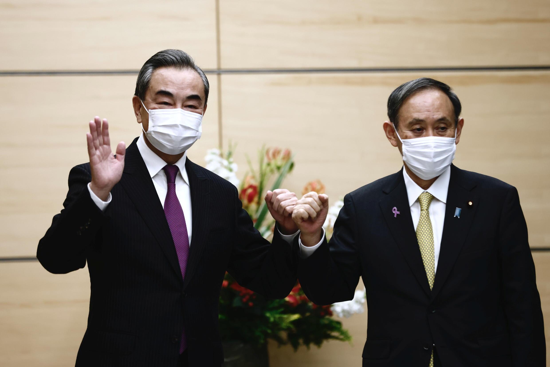 中國外長王毅與日本首相菅義偉資料圖片