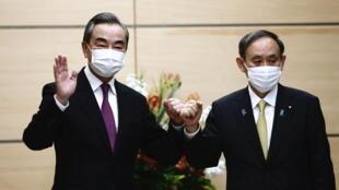 中国外长王毅与日本首相菅义伟资料图片