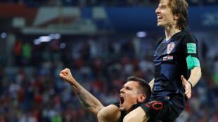 Los croatas Luka Modric y Dejan Lovren celebran la clasificacion de su equipo a las semifinales del Mundial de Rusia 2018.
