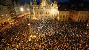 Protestos nas ruas de Wroclaw depois que o governo polonês aprova reforma controversa do Supremo Tribunal
