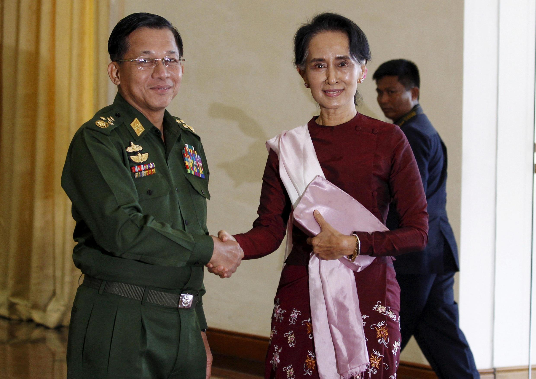 Tư lệnh quân đội Miến Điện, tướng Min Aung Hlaing (T) trong lần gặp bà Aung San Suu Kyi tại Naypyitaw ngày 02/12/2015.