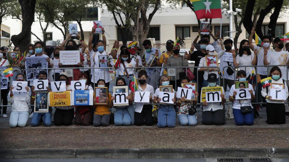 2021年3月4日,在泰国的缅甸人在曼谷联合国大楼外的示威,要求国际施压缅甸军政府。
