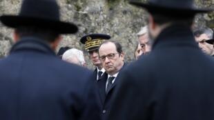 El presidente François Hollande durante una ceremonia en el cementerio judío de Sarre-Union, el 17 de febrero de 2015, en ocasión de la profanación de centenares de tumbas.