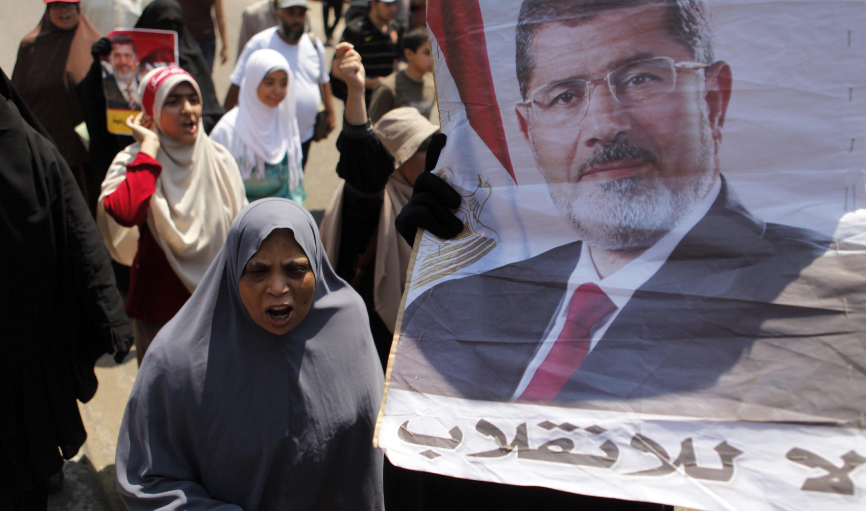 Les partisans de Mohamed Morsi marchent vers le sit-in près de la mosquée Rabaa al-Adaouiya, dans le nord-est du Caire, le 2 août 2013.