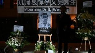 Vigilia por el médico chino Li Wenliang, muerto tras haber contraído el nuevo coronavirus, el 7 de febrero de 2020 en Hong Kong