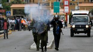 Des policiers dispersent des manifestants de la NASA, à Nairobi, le 24 octobre 2017.
