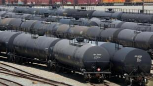 Des wagon-citernes de pétrole stationnés à la sortie de la raffinerie de Chevron à Richmond, en Californie.