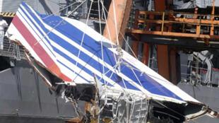 Restos del avión de Air France, recuperados el 14 de junio de 2009, llegaron al puerto de Recife..