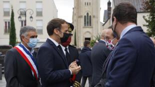 Le président Emmanuel Macron en compagnie d'élus locaux, le 2 octobre 2020, aux Mureaux, dans les Yvelines, en banlieue parisienne.