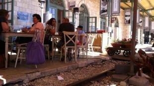 Restaurant dans l'ancienne gare de Jérusalem qui conserve des traces de son passé, comme les rails des trains.