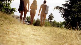Veranistas em uma colônia nudista na região de Lyon, no sudeste da França.