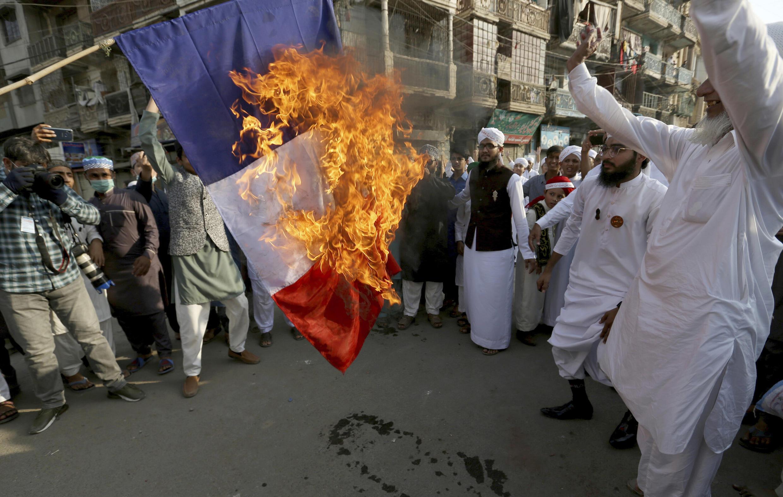 Karachi hôm 30/10/2020 giận dữ vì nhân danh quyền tự do ngôn luận, tổng thống Pháp không cấm phổ biến tranh biếm họ nhà tiên tri Hồi giáo Mohamed.