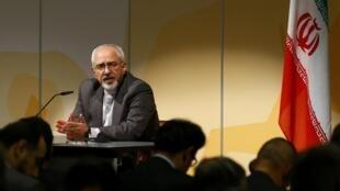 伊朗外長紮里夫在日內瓦記者會上,2013年10月16日。