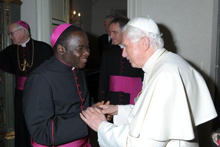 Bishop Mathew Hassan Kukah limamin darikar Katolika dake kula da shiyar Sokoto a Najeriya tare da Fafaroma Benedict na goma sha Shida mai murabus