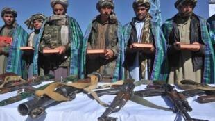 Des ex-combattants talibans déposent les armes après leur ralliement à l'armée afghane, à Herat, le 22 octobre 2012.