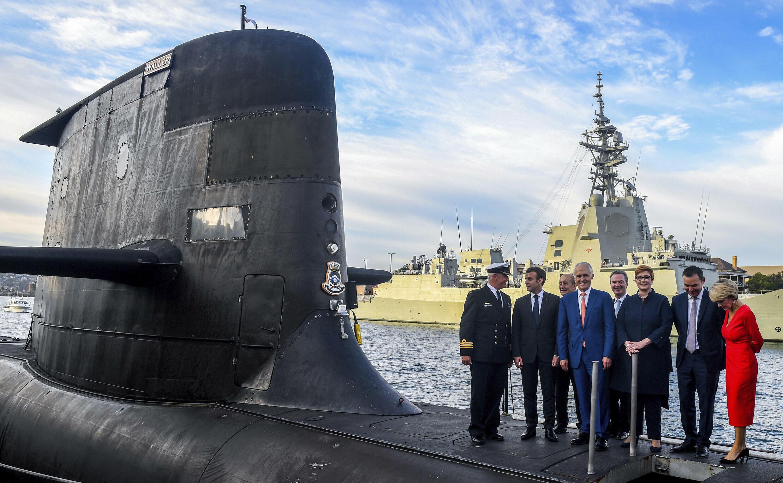 2018年马克龙与特恩贝尔站在澳大利亚皇家海军HMAS Waller号潜艇上。
