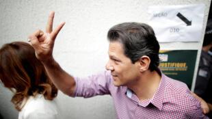 Fernando Haddad, candidato a la presidencia de Brasil por el PT gesticula tras depositar su voto en San Pablo, 7 de octubre 2018